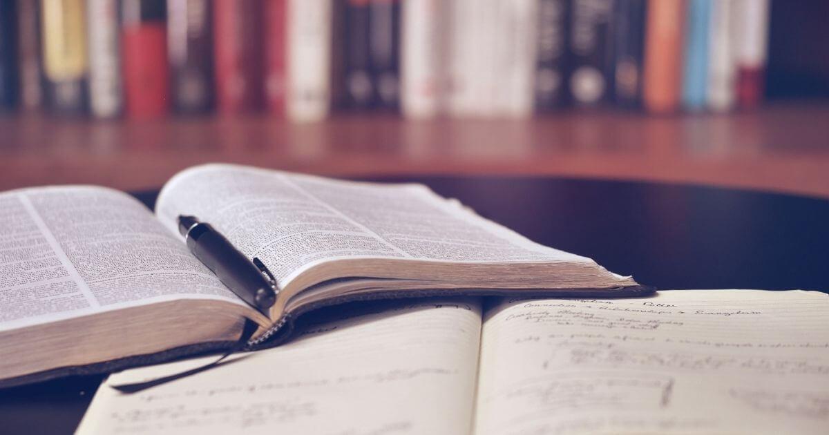 本とペンのイメージ